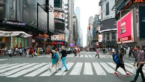 New York City New York, USA 05 28 2016 personer som korsar gatan för W 42 nära Times Square i midtownen Manhattan Royaltyfri Bild