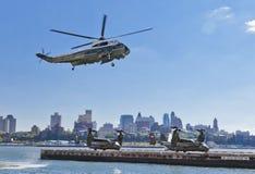 NEW YORK CITY, USA, Sikorsky fiskgjuse VH-3D och MV-22 Royaltyfri Fotografi
