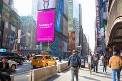 New York City, Vereinigte Staaten - 2. November 2017: Citylife und Verkehr auf Manhattan-` s Allee nahe Times Square Lizenzfreie Stockfotografie