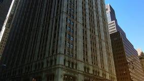 New York City, vers 2017 : Le bâtiment de Woolworth, Broadway, à New York City, ultrahd4k, en temps réel banque de vidéos