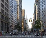 NEW YORK CITY - VERS 2017 : Promenade de personnes à travers un intersecti occupé Image stock