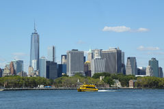 New York City Water Taxi in the front of Lower Manhattan Stock Photography