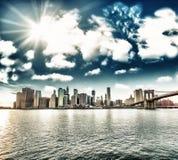 New York City. Wunderbare Sonnenuntergangansicht der Brooklyn-Brücke und der Mann-Stunden Stockfotos