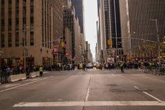 New- York Cityallee mit der Feiertagskäuferkreuzung Lizenzfreies Stockbild