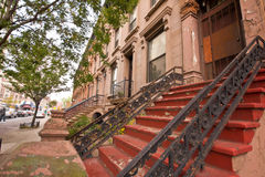 New York Citybrownstone-Wohnungen Stockfotos