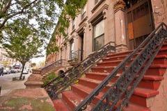 New York Citybrownstone-Wohnungen Stockfotos