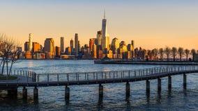 New- York Cityfinanzbezirks-Wolkenkratzer und Hudson River bei Sonnenuntergang stockbild
