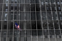 New- York Cityflagge auf Gebäude Lizenzfreie Stockbilder