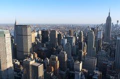 New- York Cityhorizont, wie von der Mitte der Stadt gesehen. Lizenzfreie Stockfotografie