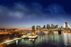 New- York Cityleuchten am Sonnenuntergang Stockbild
