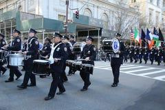 New- York Citypolizei versieht das Marschieren an der St- Patrick` s Tagesparade in New York mit einem Band Stockfotos