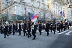 New- York Citypolizei versieht das Marschieren an der St- Patrick` s Tagesparade in New York mit einem Band Stockbilder