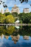 New- York Cityreflexion in einem See Stockfoto