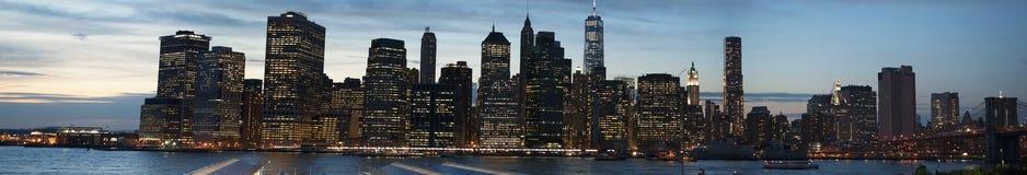 New- York Cityskyline gesehen von Brooklyn, Brooklyn-Brücke, East River, Wolkenkratzer, nach Sonnenuntergang, Lichter, Panoramabl Lizenzfreies Stockfoto