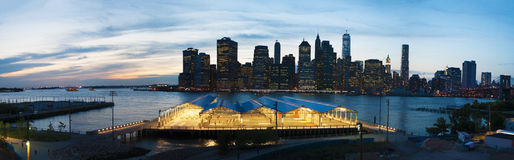 New- York Cityskyline gesehen von Brooklyn, Brooklyn-Brücke, East River, Wolkenkratzer, Sonnenuntergang, Lichter, Panoramablick Lizenzfreies Stockbild