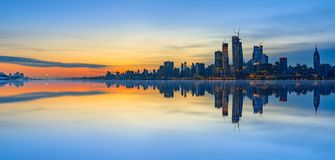 New- York Cityskyline-Reflexionen bei Sonnenaufgang Stockfotos
