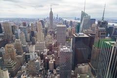 New- York Cityskylinevogelperspektive am bewölkten Tag mit Wolkenkratzern Lizenzfreie Stockfotografie