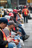 New- York Citystraßen-Besatzung-Arbeitskraft Texting Stockfoto