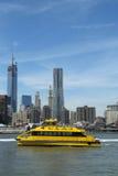 New- York Citywasser-Taxi mit NYC-Skylinen gesehen vom Brooklyn-Brücken-Park Stockbild