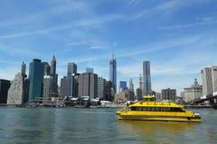 New- York Citywasser-Taxi mit NYC-Skylinen gesehen vom Brooklyn-Brücken-Park Stockfotografie