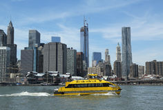 New- York Citywasser-Taxi mit NYC-Skylinen gesehen vom Brooklyn-Brücken-Park Lizenzfreies Stockbild