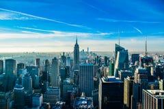 New York con l'Empire State Building e One World Trade Center nei precedenti fotografie stock