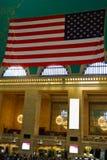 NEW YORK - 26 DE AGOSTO DE 2018: Bandeira americana que pendura no salão principal no terminal de Grand Central Este terminal his imagem de stock