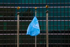 NEW YORK - 25 DE AGOSTO DE 2018: Bandeira nas matrizes de UN em New York imagens de stock royalty free
