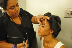 NEW YORK - 8 DE AGOSTO: Preparar-se modelo de bastidores em Top Model Latina 2014 Imagens de Stock Royalty Free