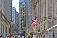 New York, de beurs van Wall Street met klassieke kolommen en oude architectuur en kleurrijke vlaggen van Verenigde Staten van royalty-vrije stock fotografie