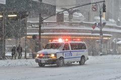 NEW YORK - 23 DE JANEIRO DE 2016: Carro de NYPD em Manhattan, NY durante a tempestade maciça da neve do inverno Fotografia de Stock