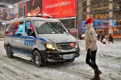 NEW YORK - 23 DE JANEIRO DE 2016: Carro de NYPD em Manhattan, NY durante a tempestade maciça da neve do inverno Fotos de Stock