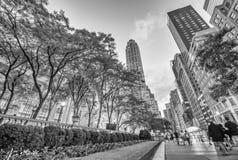 NEW YORK - 17 DE MAIO: Os turistas relaxam na 5a avenida perto de Libr público Fotos de Stock Royalty Free