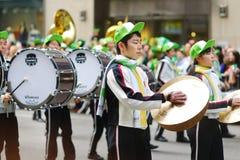 NEW YORK - 17 DE MARÇO DE 2015: A parada do dia do St Patrick anual ao longo da Quinta Avenida em New York City fotografia de stock
