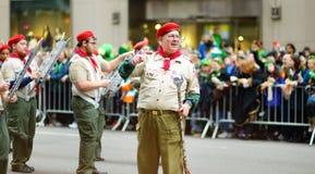 NEW YORK - 17 DE MARÇO DE 2015: A parada do dia do St Patrick anual ao longo da Quinta Avenida em New York City foto de stock royalty free