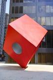 NEW YORK - 18 de novembro de 2008: O cubo vermelho de Noguchi na frente do banco de HSBC Foto de Stock