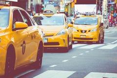 NEW YORK - 2 DE SETEMBRO DE 2018: Velocidades amarelas do táxi com as épocas quadradas fotografia de stock