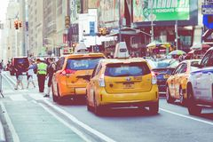 NEW YORK - 2 DE SETEMBRO DE 2018: Velocidades amarelas do táxi com as épocas quadradas fotos de stock royalty free