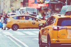 NEW YORK - 2 DE SETEMBRO DE 2018: Velocidades amarelas do táxi com as épocas quadradas foto de stock royalty free