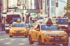 NEW YORK - 2 DE SETEMBRO DE 2018: Velocidades amarelas do táxi com as épocas quadradas foto de stock