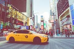 NEW YORK - 2 DE SETEMBRO DE 2018: Velocidades amarelas do táxi com as épocas quadradas imagem de stock