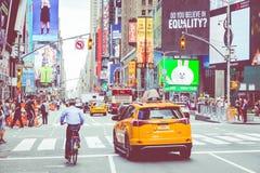 NEW YORK - 2 DE SETEMBRO DE 2018: Velocidades amarelas do táxi com as épocas quadradas imagens de stock royalty free