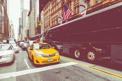 NEW YORK - 2 DE SETEMBRO DE 2018: Velocidades amarelas do táxi com as épocas quadradas fotos de stock