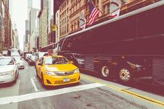 NEW YORK - 2 DE SETEMBRO DE 2018: Velocidades amarelas do táxi com as épocas quadradas imagem de stock royalty free