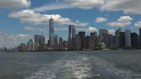 NEW YORK: De Stad van panoramanew york van een echt schip wordt gezien, - tijd die, ultra hd 4k stock footage