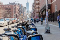 NEW YORK, DE V.S. - 14 APRIL, 2018: De fietsen van de Citibank in de Stad die van New York worden gedokt stock foto