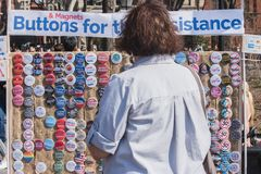 NEW YORK, DE V.S. - 14 APRIL, 2018: Politieke knopen van een verkopers de verkopende anti-troef in een park in de Stad van New Yo stock foto