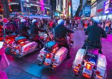 New York, de V.S., 09-03-17: beroemde, Tijdsqure bij nacht met menigten royalty-vrije stock foto