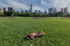 NEW YORK - de V.S. - 14 de mensen van JUNI 2015 in centraal park op zonnige zondag Stock Fotografie