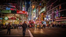 New York, de V.S. - 2012, 23 December: Gebied dichtbij Times Square bij nacht Het Times Square is een belangrijke commerciële kru Royalty-vrije Stock Afbeeldingen